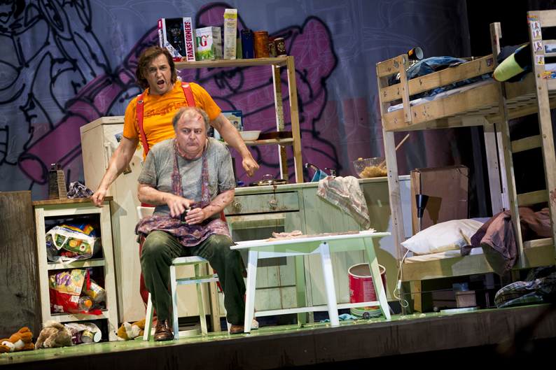 leuchtende liebe auf der fernsehcouch siegfried als kurzweilige farce am staatstheater. Black Bedroom Furniture Sets. Home Design Ideas