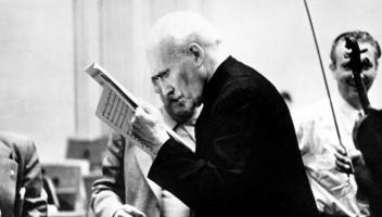 Strenger Blick in die Partitur. Arturo Toscanini. Foto: Sony Music Archives