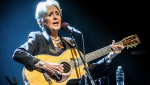 Joan Baez 2016 in New York. Foto: Jim Gilbert, by Jtgphoto (Own work) [CC BY-SA 4.0 (https://creativecommons.org/licenses/by-sa/4.0)], via Wikimedia Commons